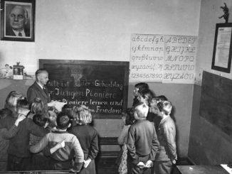 """Hohendorf - """"Dorf des Friedens"""". Die Gemeinde Hohendorf, Krs. Luckau, hat sich durch gute Aufklärungsarbeit und ständige Erfüllung ihrer Ablieferungspflicht zu einer vorbildlichen Gemeinde der DDR entwickelt. Durch enge Zusammenarbeit der Bauern mit der Gemeindeverwaltung war es möglich, alle auftretenden Schwierigkeiten zu überwinden und dadurch anderen Gemeinden ein gutes Bespiel zu geben. A, 5. Dezember wurde Hohendorf vom Landesfriedenskomitee Brandenburg als """"Dorf des Friedens"""" ausgezeichnet. Stolz und glücklich waren die Bauern, als im Dorf ein Brief des Präsidenten Wilhelm Pieck eintraf, der eine Delegation nach Berlin einlud. Bei ihren Besuch in Berlin, der für alle ein unvergessliches Erlebnis war, konnten sie wertvolle Ratschläge des Präsidenten für ihre weitere Arbeit mitnehmen. Um auch am Neuaufbau Berlins mitzuhelfen, verpflichteten sie sich, 41 Baumstämme zur Verfügung zu stellen. UBz: In der Dorfschule von Hohendorf wird gute Pionierarbeit geleistet. Lehrer Wohlauf erzählt den jungen Pionieren von der Bedeutung des 3. Jahrestages der jungen Pioniere."""